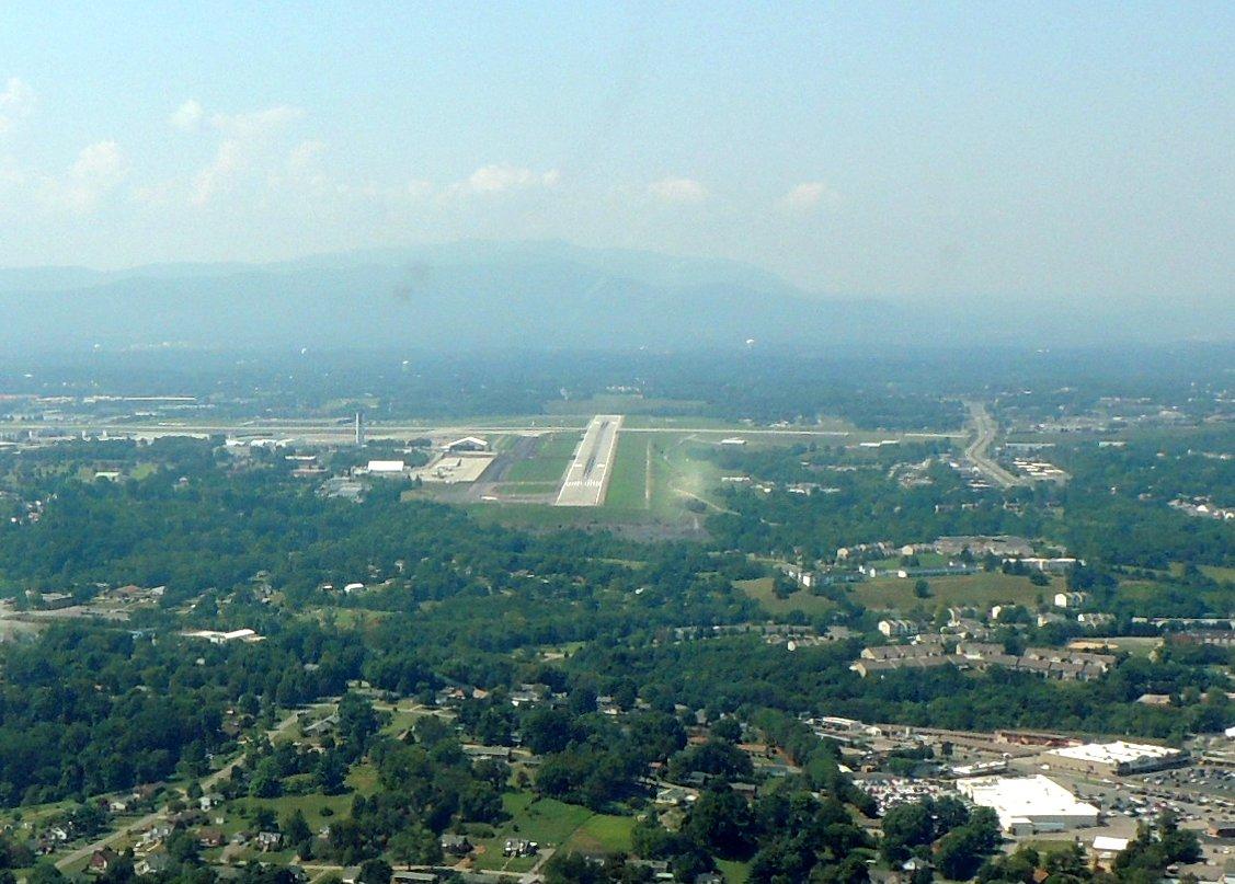 Visual approach to runway 24 at Roanoke Virginia